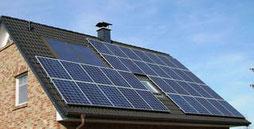 Solaranlage auf dem Dach - Bauen, Hausbau, Wärmepumpe, Energieeffizienz, Klimaerwärmung, Umweltschutz, Umwelt, Solarwärme, Bauherr, Klimawandel, Energiekosten, Baustoffe, Kleinwindkraftanlage, Warmwasser, KfW, BAFA, Darlehn, Förderung, Fertighaus
