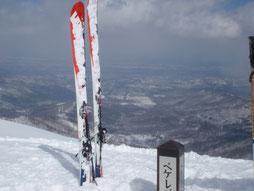 ペケレベツ岳山頂から十勝平野を望む。