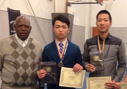 コーチと記念写真を撮る亀田君(中央)と佐藤君(右)