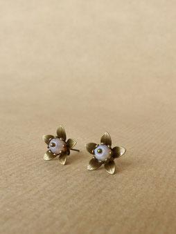 Ohrstecker in Blüten-Form mit böhmischer Glasperle in der Farbe deiner Wahl - mit Liebe handgemacht vom kleine Schmuck-Label Majuki.