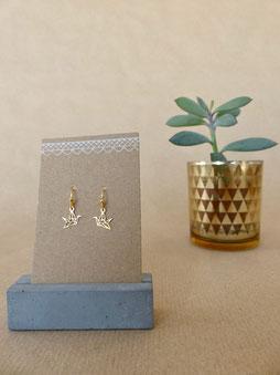 Ohrschmuck für Frauen: Zarte goldene Ohrhänger mit Origami-Kranich - mit Liebe handgemacht vom kleine Schmuck-Label Majuki.