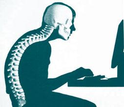 Mann sitzt krumm am Computer