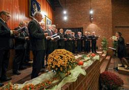 Die Chorgemeinschaft aus Städtischem Gesangverein und MGV Lövenich unter Leitung von Gabriele Köhler unterhielt im Erkelenzer Pfarrzentrum mit einem breitgefächerten Programm. FOTO: Jürgen Laaser
