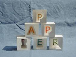 PAPIER-art ART-papier, Kunstobjekte aus Papier, Buchstaben aus Papier, einzelnen Papierschichten, Harald Metzler, Mattsee, Österreich