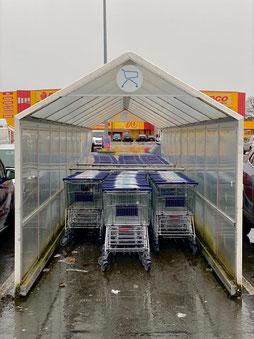 Kaum Kunden beim Dauerregen: Einkaufswagen beim real Markt in Bremen Habenhausen