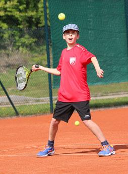 --- Luca Zweschper  ( U18 SpVgg Deiningen ) gewann sein Einzel. --- Bild: Klaus Jais