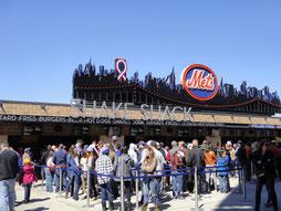 メッツの球場のシェイク・シャックはグルメなハンバーガーを求める人で長蛇の列
