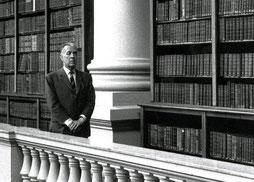 Borges passeggia per la Biblioteca Nazionale di Buenos Aires, della quale fu direttore fino all'avvento del Peronismo.
