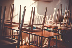 Leere Klasse. Bild von Juraj Varga auf pixabay.com
