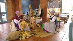 Marie-Françoise, votre fileuse avec Josette sa voisine et tricoteuse en costumes traditionels
