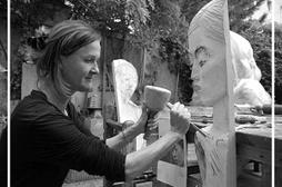 Bildhauerin Gisela Eichardt arbeitet an einem Relief. Bildquelle: MOZ/Birte Förster