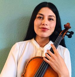Das Gesicht von Heike Prange ist zur Hälfte von einer Geige verdeckt.