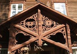 Medinės architektūros fragmentas / A fragment of wooden architecture in Vilnius (photo Gintaras Burba)