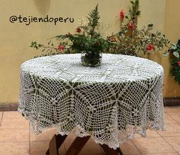 Mantel tejido a crochet con triángulos y flores puff