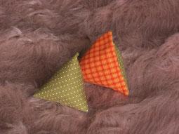 Katzenspielzeug Pyramiden orange-kariert weiße Punkte auf grün