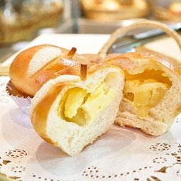 りんごちゃん。角切りリンゴをシナモンとラム酒で香り付け。カスタードと一緒に包んだ見た目も可愛いらしいパンです。  7大アレルゲン 小麦、卵、乳  ¥150