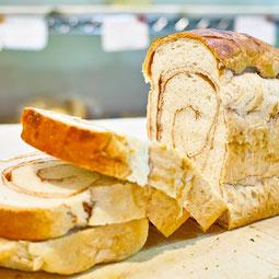 シナモンブレッド。シナモンシュガーをふわふわ生地に練り込みました。甘い香りがティータイムを彩ります。  7大アレルゲン 小麦、卵 1本¥460/ハーフ¥240