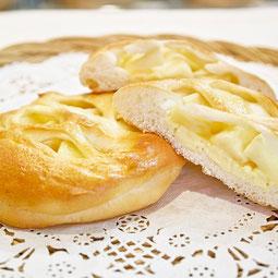 アップルパン。スライスりんごを丁寧に煮詰めて、カスタードクリームと一緒に生地に包みました。  7大アレルゲン 小麦、卵、乳  ¥160