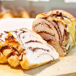 チョコマーブルブレッド。やわらかな生地にチョコを巻き込み、表面のビスケット生地にもチョコチップをトッピング。  7大アレルゲン 小麦、卵、乳 ¥310