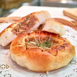 ツナマヨパン。醤油で和風に味付けしたツナにマヨネーズと青のりをトッピング。お昼の人気商品。  7大アレルゲン 小麦、卵 ¥150