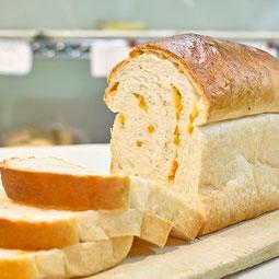 オレンジブレッド。自家製のオレンジピールの砂糖漬けをたっぷり生地に練り込んだ、香り高いパンです。  7大アレルゲン 小麦、卵 1本¥460/ハーフ¥240
