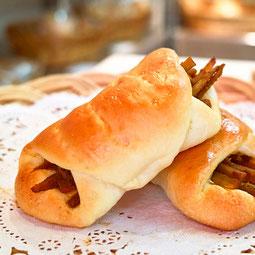 ごぼうパン。食物繊維たっぷり。カレー風味に味付けしたごぼうを包んだ異色の組み合わせ。男性にも人気の一品です。  7大アレルゲン 小麦、卵 ¥150