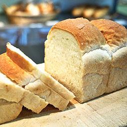 イギリスパン。油脂を使わず焼き上げました。もっちりとした食感と、焼いたときのパリッとした香ばしさをお楽しみください。  7大アレルゲン 小麦 ¥310