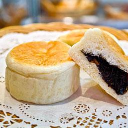 ひじきパン。少し甘口のひじきの煮付けは意外にもパンに合う!お焼き風のお惣菜パンです。  7大アレルゲン 小麦、卵 ¥150