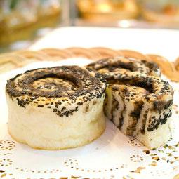 ごまあんロール。ごまあん&黒ごまをたっぷり巻き込みました。セサミンたっぷり、やさしい甘さのおやつパンです。  7大アレルゲン 小麦、卵 ¥150