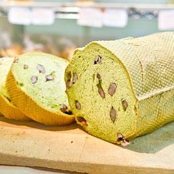 抹茶入り甘納豆パン。抹茶の生地に甘納豆をゴロゴロ混ぜた和風のパン。ノアノア開店当初から不動の人気パンです。  7大アレルゲン 小麦、卵、乳 1本¥610/ハーフ¥310