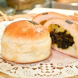 高菜パン。甘辛く炒めた高菜、シャキシャキした食感とふんわりパンとの相性が好評です。  7大アレルゲン 小麦、卵 ¥150