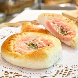 明太ポテトパン。明太子とマッシュポテトを混ぜた上にマヨネーズ!人気の組み合わせ。  7大アレルゲン 小麦、卵 ¥150