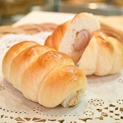 ちくわパン。某テレビ番組でも話題になった北海道生まれの名物パン。ちくわにツナマヨを詰め、パンでくるみました。  7大アレルゲン 小麦、卵  ¥150