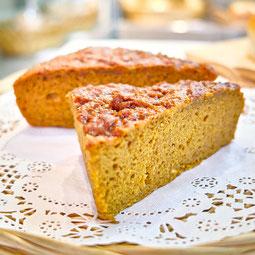黒むしパン。もっちりした歯ごたえでボリュームたっぷり。かぼちゃ、人参、ほうれん草の生地をベースに、ヘルシーに仕上げたおやつパンです。  7大アレルゲン 小麦、卵、乳  ¥150