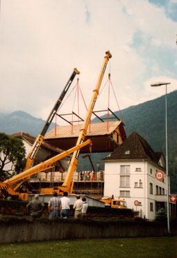 1988: Dachanhebung für Aufstockung des Saales