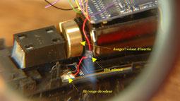 Détails connexion fil rouge , prise de courant coté droit