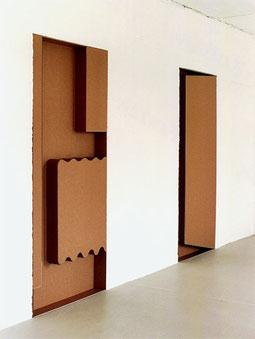 """Heizung, Relief"" und ""Tür, Relief"", 1996, Wellpappe, Draht, je ca. 205 x 92 x 11,6 cm"