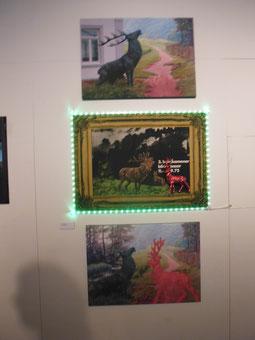 """Röhrende Hirsche mal anders - mit Neonbeleuchtung und auch sonst aus einer anderen Welt. Silke Kieslich erinnerte an die Aktion """"Alte Schinken gegen Kunst."""" der 70er Jahre."""
