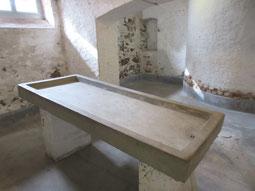 Leichenwaschtisch neben der Gaskammer im Keller