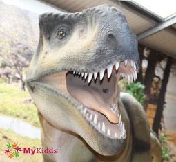 Brüllender T-Rex mit spitzen Zähnen
