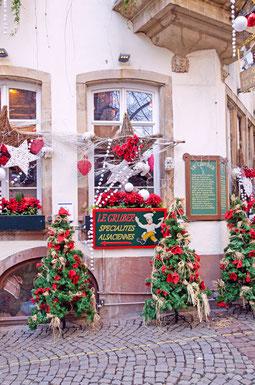Hausfassade mit Weihnachtsschmuck in Straßburg