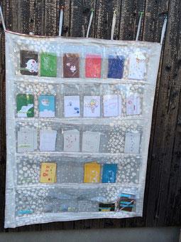 民家の壁に取り付けられた無人ポストカード・ショップ