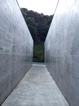 李禹煥美術館のアプローチ(二本目の通路)