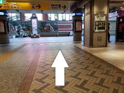 モアーズ横浜の脇道を進んでください。