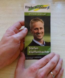 der Flyer mit Freie Wähler Miteinander vorwärts geh und Stefan Klaffenbacher auf dem Titelblatt in Händen