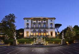 Aussenansicht Villa Cora im Abendlicht