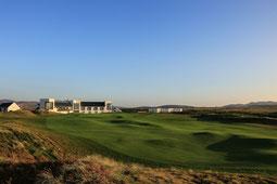 Außenansicht The Machrie Hotel mit Golfplatz
