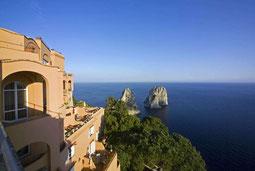 Blick vom Punta Tragara auf die Faraglioni Felsen vor Capri