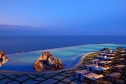 Monastero Santa Rosa Infinity-Pool mit Meerblick beleuchtet am Abend