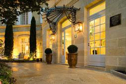 Eingang zum Hotel Pavie in St. Emilion bei Nacht